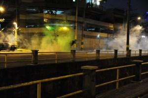 De nombreux nuages de gaz lacrymogènes sont vus lors d'une manifestation contre la Coupe du Monde de la FIFA, à Rio de Janeiro, près du stade Maracana, le 15 Juin 2014.