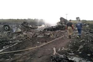 """Le gouvernement nazi de Kiev accuse les """"rebelles pro-russes"""" de chercher à détruire des preuves sur le site du crash du Boeing 777 de la Malaysia Airlines, et d'avoir emporté 38 cadavres.  Dans le même temps, les employés du ministère ukrainien des Situations d'urgences, qui ont ratissé 18 km2, sur un total de 25 km2, sur les lieux de la catastrophe, ont retrouvé 186 corps."""