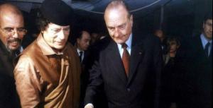 En 2003, l'ex-paria s'ouvre à l'Occident. Il reconnaît la responsabilité de son pays dans les attentats contre un avion américain au-dessus de Lockerbie, en Ecosse (270 morts en 1988) et un avion français au Niger (170 morts en 1989), et verse des indemnisations aux familles des victimes. Le 24 novembre 2004, Jacques Chirac rend visite à Mouammar Kadhafi à Tripoli. Le président français devient le premier chef d'Etat occidental à renouer des liens avec le Guide./