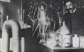 Photo d'Eugène Canseliet, peut-être disciple en alchimie de Fulcanelli, raconte qu'il a fréquenté Fulcanelli de 1916 à 1922, et assisté à une transmutation en 1922, à Marseille.Il est l'un des rares humains à pouvoir identifier Fulcanelli.
