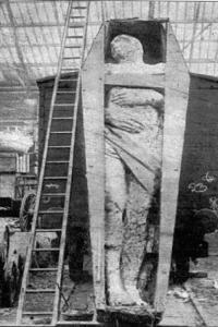 Notons qu'il était bien conservé, sans doute par momification.  Mr. Dyer, après avoir montré le géant à Dublin, est venu en Angleterre avec sa découverte bizarre et l'a exposée à Liverpool et Manchester demandant six pence par visite. Ensuite Mr Dyer a payé un certain Kershaw pour s'occuper de l'affaire et la trace du géant a ensuite disparu.  Beaucoup de découvertes « dérangeantes » pour la « science officielle » ont été détruites depuis quelques siècles, et surtout depuis l'avènement du « darwinisme » et de son évolution unique des espèces, ce incluant l'humanité et une soi-disant origine unique, jamais prouvée !