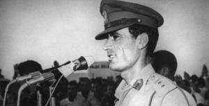 Né, selon sa propre légende, sous une tente bédouine dans le désert de Syrte le 7 juin 1942, Mouammar Kadhafi, fils de berger de la tribu des Kadhadfa, reçoit une éducation religieuse rigoureuse avant d'entrer dans l'armée en 1965. Il a 27 ans quand il renverse le vieux roi Idriss le 1er septembre 1969, sans qu'une goutte de sang ne soit versée
