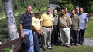 Lors d'un voyage de pêche au Nouveau-Brunswick en 2006, Philippe Couillard (3e de la gauche) pose entre autres aux côtés de l'ancien patron du CUSM Arthur Porter (5e à partir de la gauche) et de l'avocat Marc Dorion (1er à gauche).