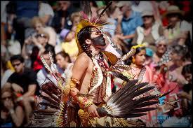 Algonquin dansant dans un Pow Wow.