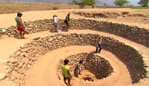 Photo d'une canalisation en cercle...savamment conçue pour recueillir l'eau.