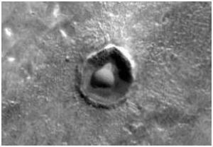 Un dôme dans un cratère lunaire.