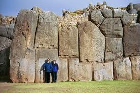 Forteresse de Sacsayhuanam ,Pérou. Les pierres  taillées sont ajustées avec une précision défiant l'imagination. La science actuelle  est embarrassée par son existence qui prouve une civilisation très avancée.