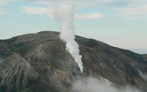 Le mont Azumayama est un important volcan situé  sur la frontière de deux plaques tectoniques...la même que celle de Fukushima.Il est  exactement situé à 80 km de la préfecture de Fukushima.
