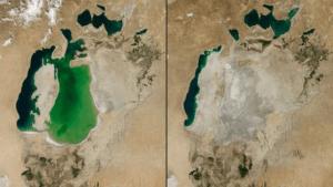 La mer d'Aral au Kazakhstan a diminué. En 2000 (à gauche), il est un plan d'eau avec une forme de bulbe. Quatre ans plus tard (à droite), il est étroit. Jusqu'en 1960, il était le quatrième plus grand lac au monde. Ensuite, l'eau a été détournée pour irriguer les champs. Le contour noir montre le rivage des années 60