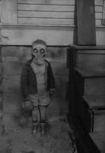 Au milieu des années '30,en Angleterre,cet adorable enfant est apparu  un soir d'Halloween.Persone ne l'a vu mettre ou enlever son masque:il restera  un illustre inconnu pour la postérité...puisqu'on le vit disparaître dans les bois,au milieu d'une soirée pour ne revenir que l'année suivante. Un humain ...un spectre ou quoi?
