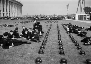 En 1936,des troupes SS se prélassent près des installations des jeux Olympiques .