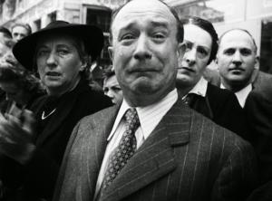 Durant la parade victorieuse des troupes allemandes à Paris,en 1940,un  citoyen français verse des larmes.