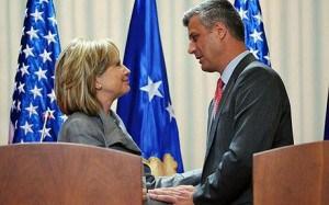 Hillary Clinton avec Hacim Taçi, accusé de trafics criminels et gouverneur du Kosovo.