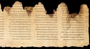 Les manuscrits de la mer Morte découverts en 1946 et 1947. Ces rouleaux sont des écrits religieux bibliques rédigés en araméen pour le plus ancien et en  hébreu pour les plus récents ( écrits entre le III° siècle avant notre ère et le premier siècle chrétien )(4)