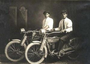 William Harley et Arthur Davidson,les célèbres constructeurs de la fameuse motocyclette.
