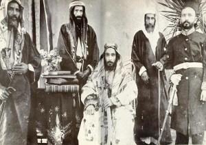 C'est Abdelaziz ben Abderrahmane Al Saoud qui fondera le royaume d'Arabie saoudite moderne en 1932 après 30 ans de guerres et d'alliances avec les autres  tribus du  désert.