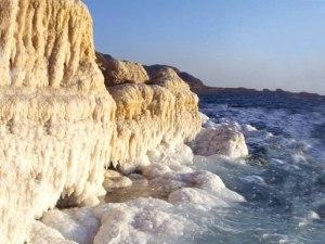 """La mer Morte ne peut pas avoir le  plus beau des noms, mais l'emplacement est un spectacle vraiment spectaculaire. La mer Morte est en fait un lac de sel et les frontières de la Jordanie à l'est et Israël et la Cisjordanie à l'ouest. Les rives de la mer Morte se trouvent 423 mètres en dessous du niveau de la mer, ce qui en fait la plus faible altitude du monde sur terre. Le lac est également l'un des  plans d'eau  les plus salés  dans le monde et a une salinité de 34,2%, qui est 9,6 fois plus salée que la mer! Ce nombre élevé de sel signifie qu'il y a très peu de vie marine qui peut survivre dans l'eau, d'où le nom de la mer """"Morte"""". La salinité élevée signifie également que la baignade dans le lac est plus comme flottante et de nombreux visiteurs viennent  ici chaque année pour tester les eaux. La mer Morte est aussi l'une des premières stations, de la santé de la planète utilisés par Hérode le Grand il y a plus de 2000 ans, et est toujours utilisé pour ses bienfaits pour la santé aujourd'hui, en raison de la haute teneur en minéraux et nutriments dans l'eau."""