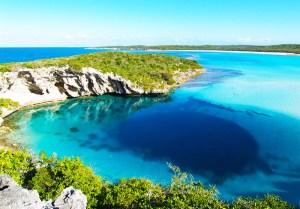 Le grand Trou Bleu de Dean aux Bahamas Le Grand  trou bleu est le terme utilisé pour un gouffre qui dispose d'une entrée sous la surface de l'eau, avec un grand nombre de ces trous  qui s'ouvrent dans des cavernes sous-marines. Trou bleu de Dean dans les Bahamas est le plus profond gouffre de l'océan dans le monde. Le site de plongée populaire a un diamètre d'environ 25-35 mètres à l'entrée et ouvre sur un 100 m de large caverne incroyable ci-dessous. La caverne plonge à une profondeur de 202 mètres à couper le souffle (663ft) et est facilement le plus profond des trous  bleus dans le monde. Quand vous considérez que la profondeur maximale connu d'autres trous océan de puits est d'environ 110 mètres, vous vous rendez compte à quel point unique est  le grand Blue Hole de Dean.