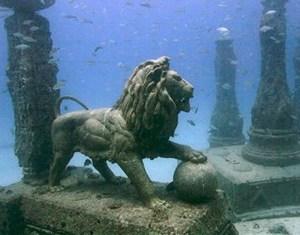 Les merveilles archéologiques de la vieille cité engloutie d'Alexandrie en Égypte.