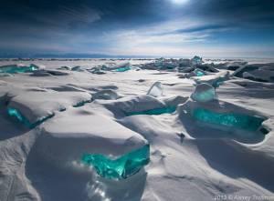 La glace aux reflets  bleutés du nord du lac Baïkal.