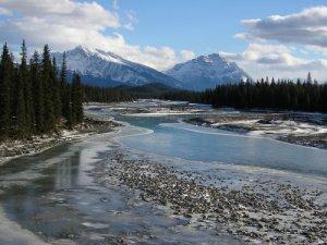 CC kris krüg - Vue de la rivière Athabasca à Jasper, en amont de la zone des sables bitumineux /