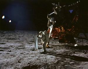 Le visiteur d'Apollo 11...selon la NASA...   Quand les astronautes américains ont aluni durant la mission Apollo 11, ils ont aperçu un objet non identifié qui volait tout près d'eux. Ils ont d'abord cru qu'il s'agissait d'une pièce détachée de la fusée SIV- B, qui, a-t-on confirmé plus tard, se trouvait à 9 656 km d'eux. C'est un mystère que les scientifiques sont incapables d'expliquer encore aujourd'hui. Ceci est la vision rationnelle de la science actuelle ,mais moi je considère qu'Apollo XI n'a pas  été sur la Lune.