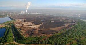 Vue d'une exploitation de sables bitumineux en Alberta /
