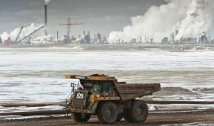 Exemple d'irresponsabilité sociale et politique:les exploitations des sables bitumineux au nord de l'Alberta,au Canada. La pollution des eaux de surface et des eaux  souterraines devrait couter 10 fois la valeur  des profits générés  par ce sale pétrole.