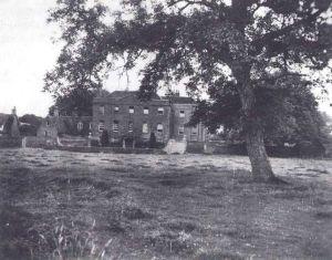 Farm Hall,centre de l'Opération Epsilon (L'opération Epsilon était le nom de code d'un programme dans lequel les Alliés à l'approche de la fin de la Seconde Guerre mondiale détenaient 10 scientifiques allemands dont ils pensaient qu'ils avaient travaillé sur le programme nazi de bombe atomique. Ces scientifiques furent capturés entre le 1er mai et le 30 juin 19451 et internés à Farm Hall, une maison mise sur écoute à Godmanchester, près de Cambridge en Angleterre du 3 juillet 1945 au 3 janvier 19462. Le but premier de ce programme était de déterminer l'avancée de l'Allemagne nazie dans la fabrication d'une bombe atomique en écoutant leur conversation. Les scientifiques étaient : Erich Bagge Kurt Diebner Walther Gerlach Otto Hahn Paul Harteck Werner Heisenberg Horst Korsching Max von Laue Carl Friedrich von Weizsäcker Karl Wirtz