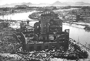 Le centre de l,explosion est le dôme de cet édifice sur lequel le navigateur du B-29 pointa son tir pour que la bombe éclate là,à 500 mètres juste au-dessus.
