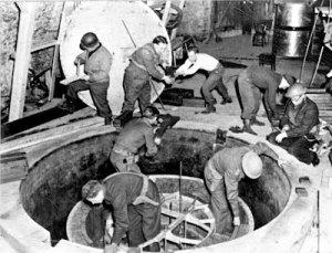 Les hommes de Samuel Goudsmith en train de démonter et d'analyser le réacteur atomique allemand.