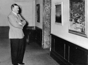 Cette photo non datée des  archives  montre Adolf Hitler  regardant des peintures dans un lieu inconnu. Deux aquarelles signées par Adolfont été vendues ,à Nuremberg en Allemagne du sud, théâtre des nazis de nombreux crimes de guerre, selon le journal ìNurnberger Abendzeitun Hitler gî .