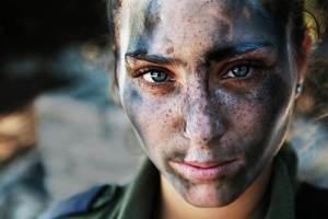 Cette jeune femme de 18 ans ,recouverte de peintures de guerre,vient de terminer son entrainement militaire avec TSAHAL,l'armée sioniste d'Israel.