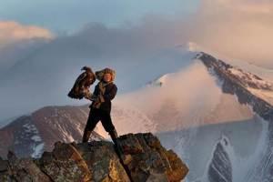 Ashol Pan,une jeune chasseuse de 13 ans...à l'aigle,vient d'atteindre le sommet de la Mongolie avec son fidèle compagnon.