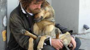 Toujours à Montréal,au Québec,un jeune itinérant se réchauffe avec son chien.