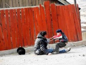 Un enfant essaie de tirer son père alcoolique vers sa maison,au nord du Canada.