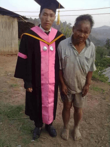 Un père pauvre et démuni ,mais fier de lui ,à côté de son fils qui vient de recevoir son diplôme.
