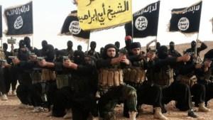 Abu Mohamed al Jolani est photographié ici à l'avant  de ses hommes,l'arme  pointant devant lui.