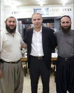Le fils d'Erdogan avec des membres de DAESH avec lesquels il trafique dans la vente de pétrole sur le marché noir ! Extrait de l'article : La seconde ressource de Daesh est le pétrole. Erdogan, Président de Turquie, et les Turcs qui assistent aux activités de Daesh, achètent le pétrole irakien. Pour un cinquième du prix du marché et de cette façon, ce groupe gagne de grosses sommes d'argent. Le soutien d'Ankara à ce groupe terroriste est surtout destiné à affaiblir le régime syrien et les autorités politiques en Irak.