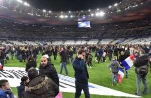Un début d'hystérie collective lors des 2 explosions au stade de France...vite calmée par la présence policière!