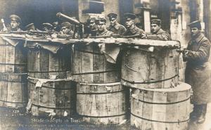 Carte postale allemande soldats derrière des barils