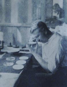 Première Guerre Mondiale-Inspection des lentille d'un périscope.