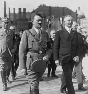 Hjalmar Horace Greeley Schacht, le Ministre Nazi de l'economie  à gauche du Fûhrer Adolph Hitler.