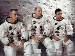 L'équipage d'Apollo 10 le 3 avril 1969 au Centre spatial Kennedy: de gauche à droite Eugene Cernan, pilote du module lunaire, le commandant Thomas Stafford, et John Young, pilote du module de commande
