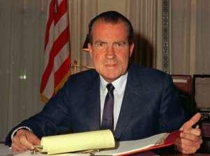 Le scandale du Watergate   Richard Nixon, président des États-Unis de 1969 à 1974, avait fait une tentative pour installer des micros dans les locaux du Parti démocrate, installé dans les bâtiments du complexe Watergate. Un système d'écoute (instauré par Nixon) qui permettait d'enregistrer toutes les conversations de la Maison-Blanche révélera son implication dans l'affaire et le forcera à démissionner de son poste.