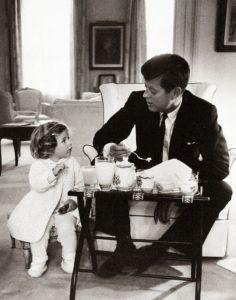 Cette photographie attachante du président, John F. Kennedy a été prise alors qu'il savourait une tasse de thé avec sa fille Caroline à la Maison Blanche, un spectacle très commun au cours de sa présidence.