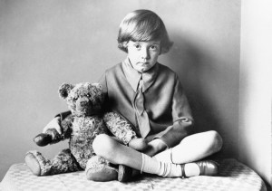 """Nous serons amis pour toujours"" est ce que l'adorable Winnie l'Ourson dirait à son meilleur ami, Christopher Robin. Avant sa popularité en bandes dessinées, cette photo montre l'affection réelle que Christopher Robin avait pour son ours Winnie."