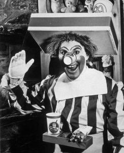 Ronald McDonald, les fameuses chaînes de hamburgers ou leur mascotte colorée est introduite dans le monde grâce à Willard Scott, maintenant devenu l'homme météo de l'Amérique . Vérifiez le verre sur le nez en papier maintenant remplacé par une boule rouge.