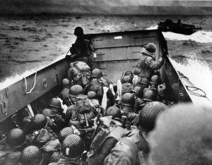 Des soldats dans une barge des garde-côte américains, à l'approche des plages de Normandie, le 6 juin 1944.  (Anonymous/AP/Sipa)