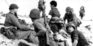 De jeunes soldats américains sur une plage de Normandie,le 6 juin 1944.